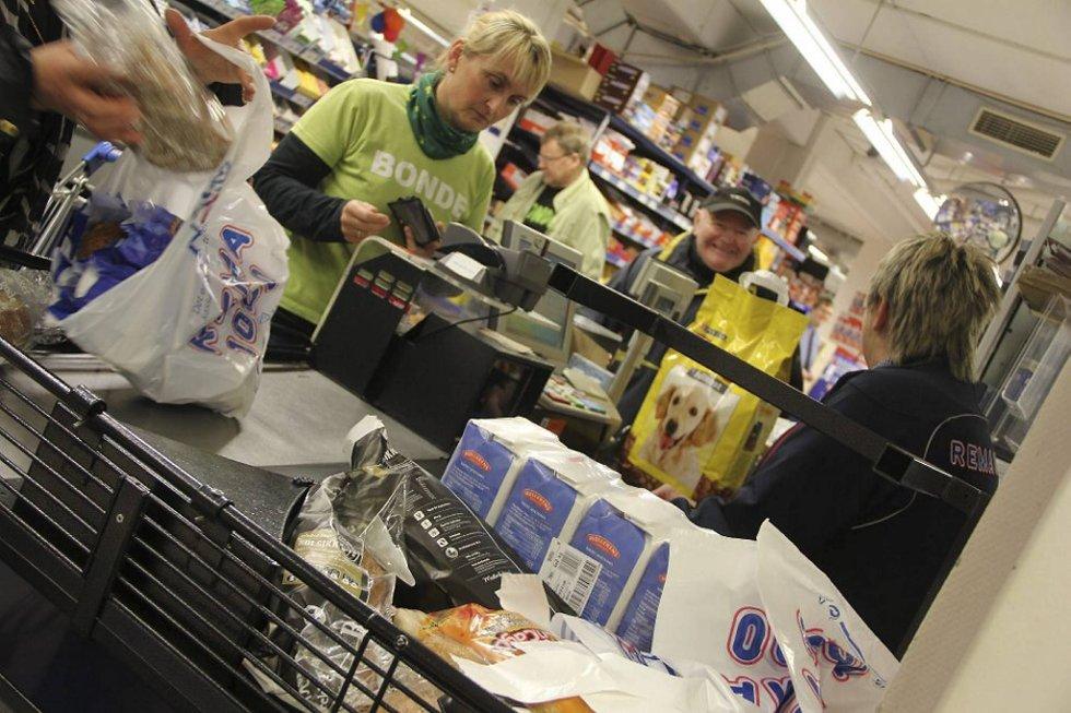 Eva Aga Baas fra Ullensvang Hagebrukslag deltok i aksjonen hvor bøndene kjøpte opp brødet i butikkene.