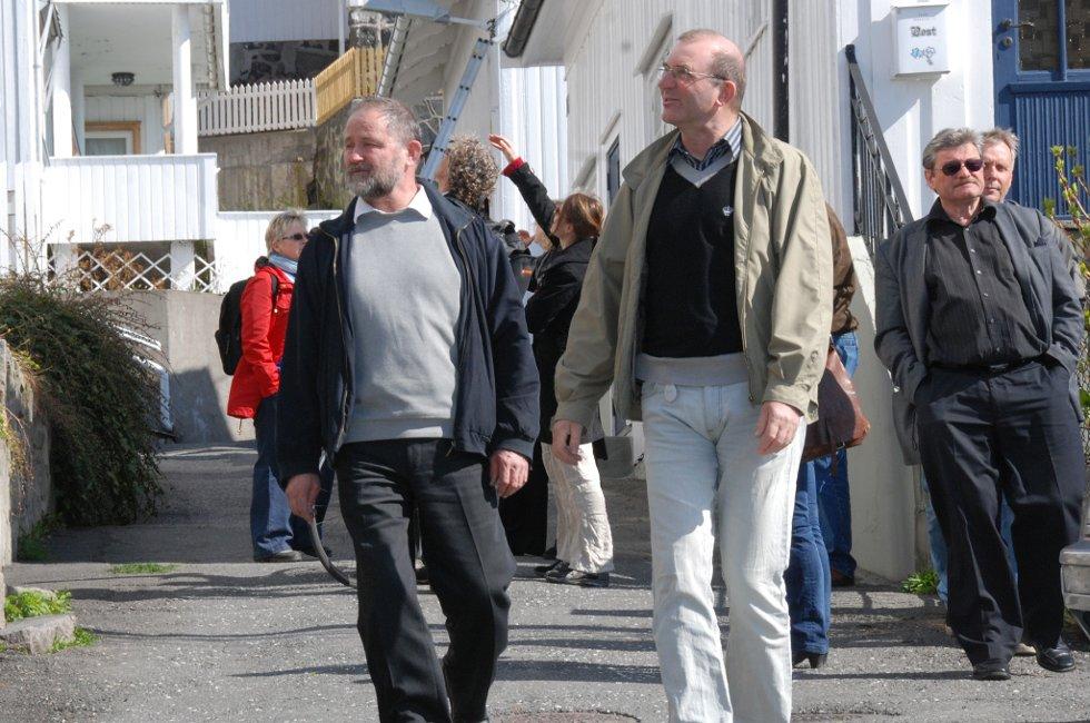 Tidligere riksantikvar Nils Marstein (foran t.v.) deltok på møtet med kommunen og utbyggerens arkitekt samt Thomas Hirsch fra kulturminnevernet i fylket. (arkivfoto fra et tidligere Risørbesøk)