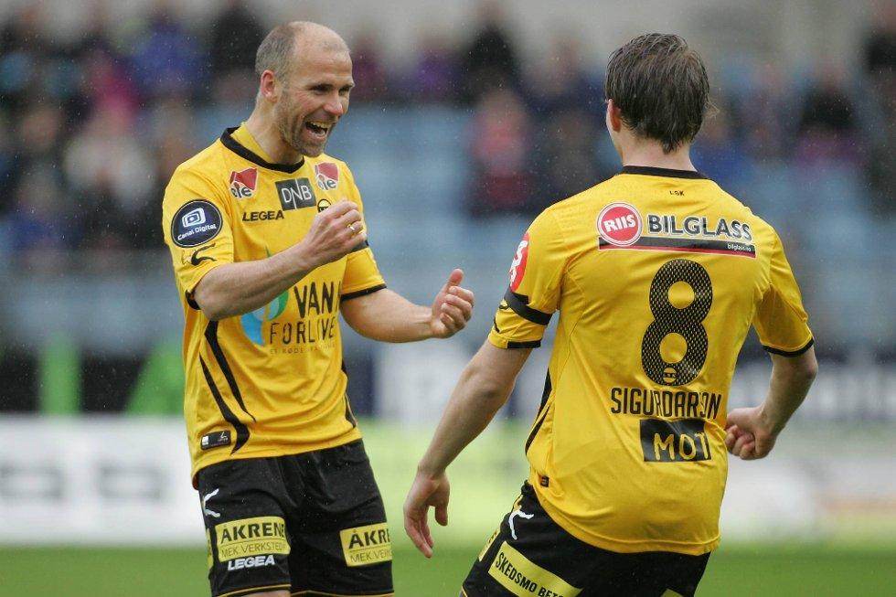Bjørn Bergmann Sigurdarsson blir gratulert av Steinar Pedersen etter én av islendingens to scoringer mot Viking.