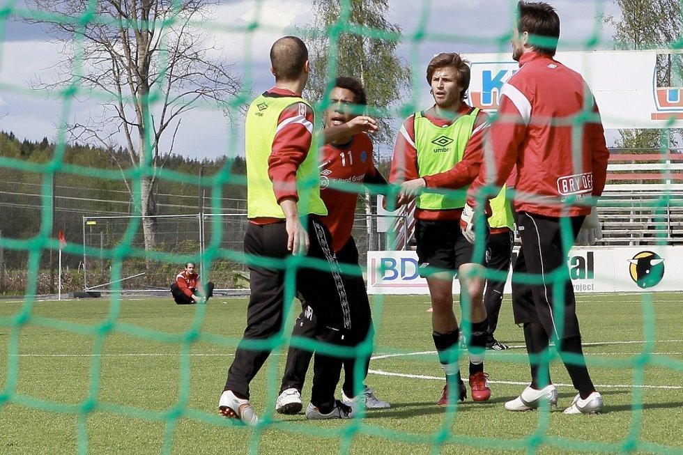 Ampert: Her ryker Olav Tuelo og Samir Fazlagic i tottene på hverandre etter duell. Aleksander Melgalvis og Kim Deinoff måtte holde kranglefantene fra hverandre.
