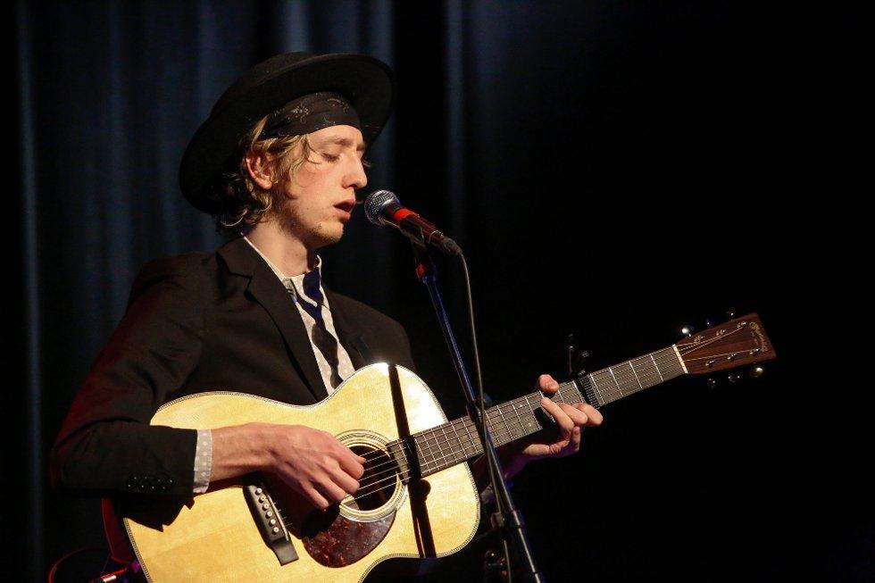 Jonas Alaska ga publikum full valuta for inngangspengene i Glenghuset lørdag. 24-åringen bød på den ene akustiske sangperlen etter den andre. (Foto: Tobias Nordli)