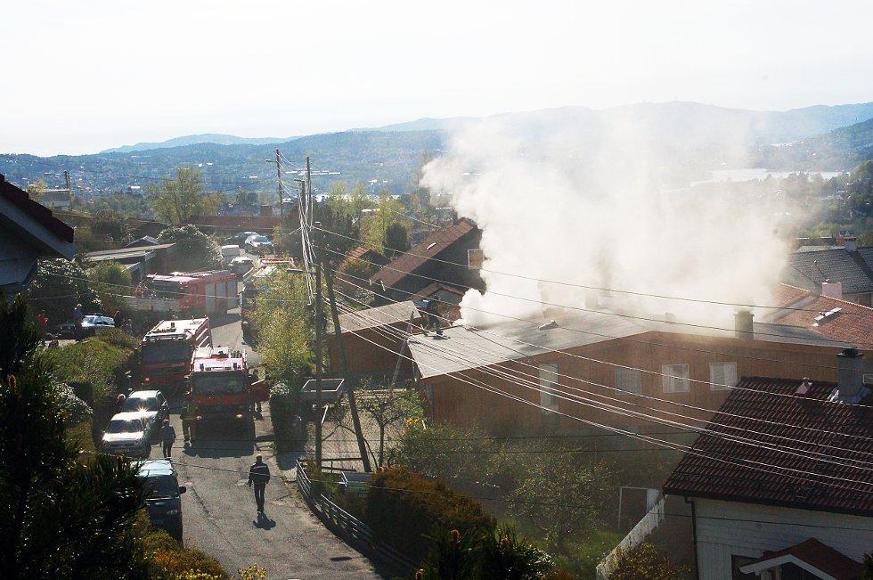Flere naboer forteller at de så mye røyk, men ingen åpne flammer, fra bolighuset i Fana.