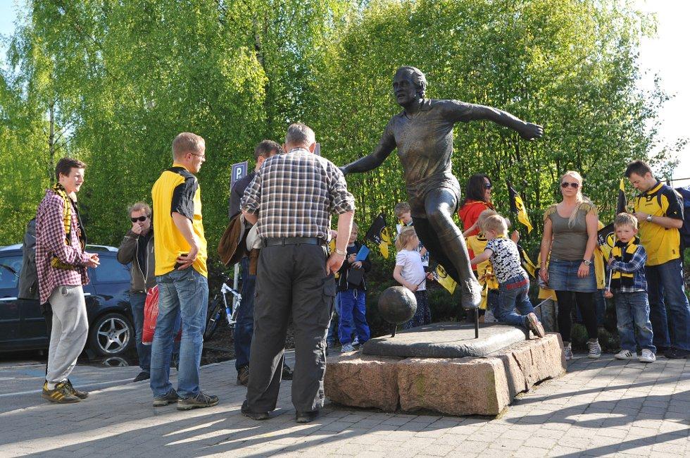 LSK-SOGNDAL: En kjær møteplass for publikum er ved statuen av Tom Lund utenfor Åråsen. (Foto: Vidar Sandnes                   )