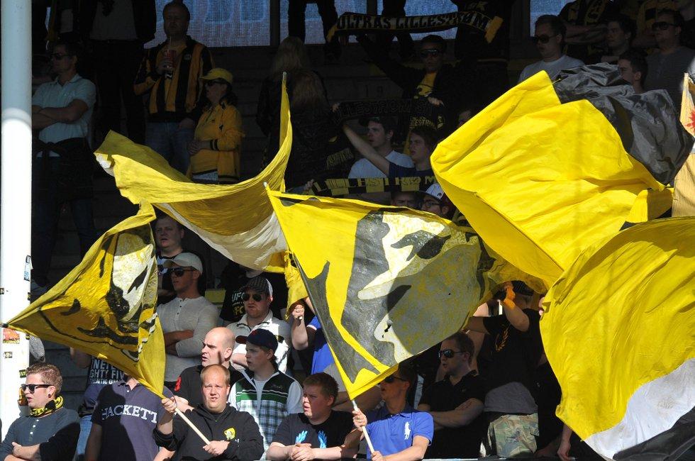 ULTRAS: Ultras er på plass med flagg og bannere. (Foto: Vidar Sandnes                   )