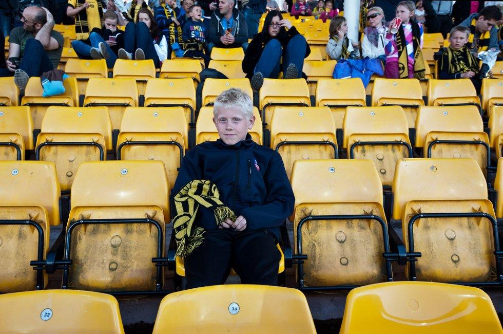 HÅPER PÅ SJANSENE: Anders Frey (11) ser at LSK er det laget som har ballen mest så langt, men det er få sjanser til å score. (Foto: Vidar Sandnes)