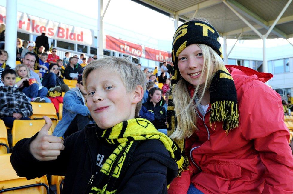 BURDE BLI BRA: Søskenbarna Vetle (10) og Pia Kokkim (12) synes LSK er gode i dag og Sogndal spiller dårlig. (Foto: Vidar Sandnes                   )