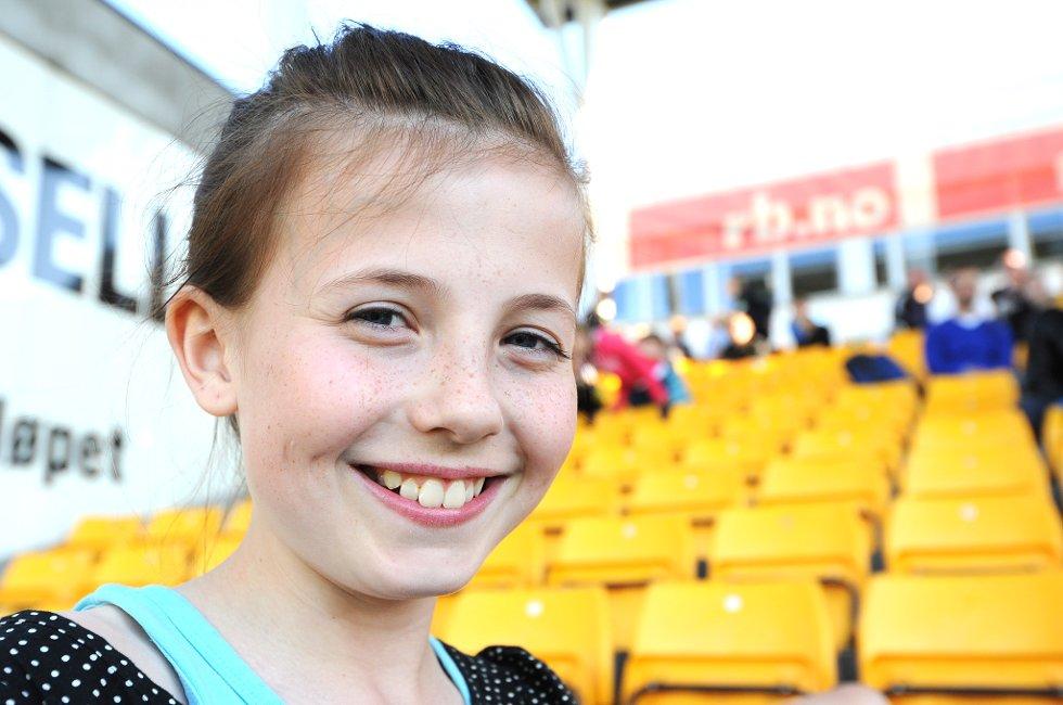 ALLER FØRSTE FOTBALLKAMP: Anabelle Bruun (10) er på fotballkamp for aller første gang, og så langt synes hun det er spennende. (Foto: Vidar Sandnes                   )