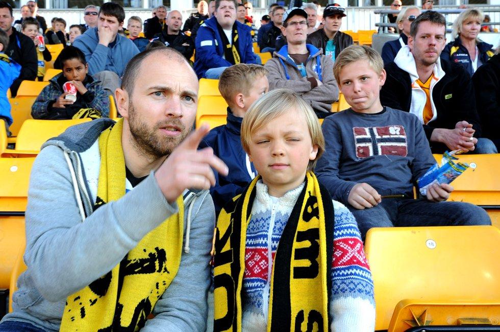 MINDRE FORNØYD: Espen (36) og sønnen Iver (6). Min mening om kampen egner seg ikke på trykk, forteller Espen. (Foto: Vidar Sandnes                   )