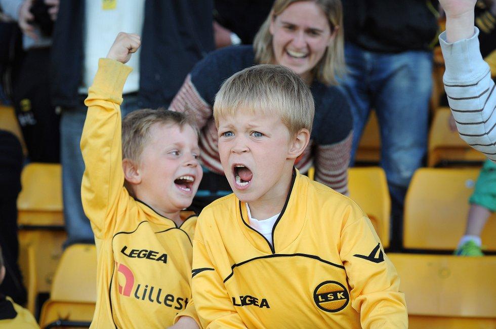 ENDELIG: Fansen jubler som aldri før på Åråsen.  (Foto: Vidar Sandnes                   )