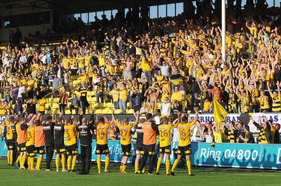 SEIER: Laget takker fansen som igjen takker laget. (Foto: Vidar Sandnes                   )