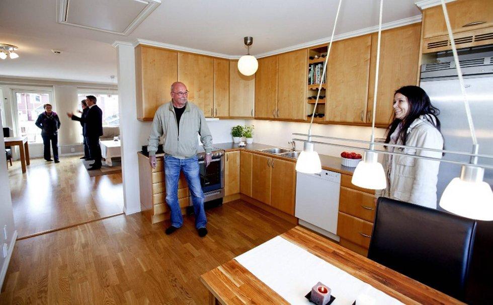 Lise Jøstadengen og svigerfar Knut Korslund liker det de ser i denne leilighetene som er for salg av Privatmegleren.