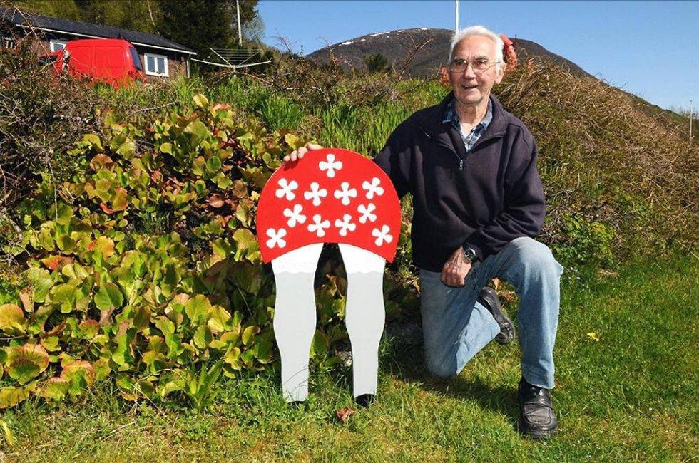 Hagearbeid: Kåre Larsen har fått på plass ei ny kjerringræv i hagen. - Like god som den som ble stjålet i fjor, ler han.
