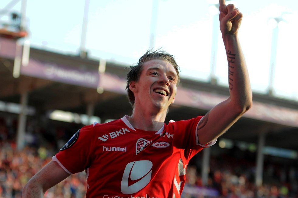 Birik Már Sævarsson jubler etter å ha sendt Brann opp i 2-0 mot Fredrikstad.