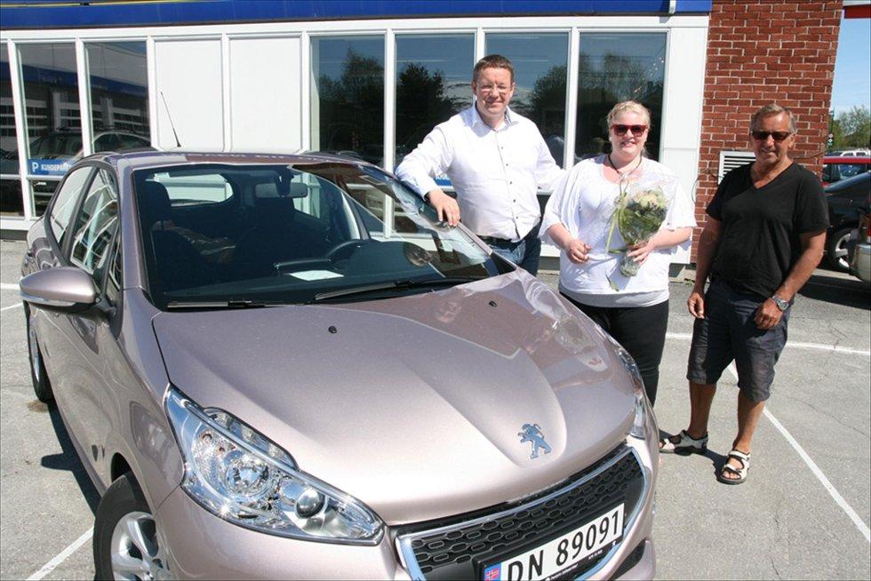 OVERREKKELSE:  PR og informasjonssjef hos Peugeot, Stian Gihle, sammen med bilvinner Sissel Flagestad og Peugeotforhandler Trygve Lauritzen.