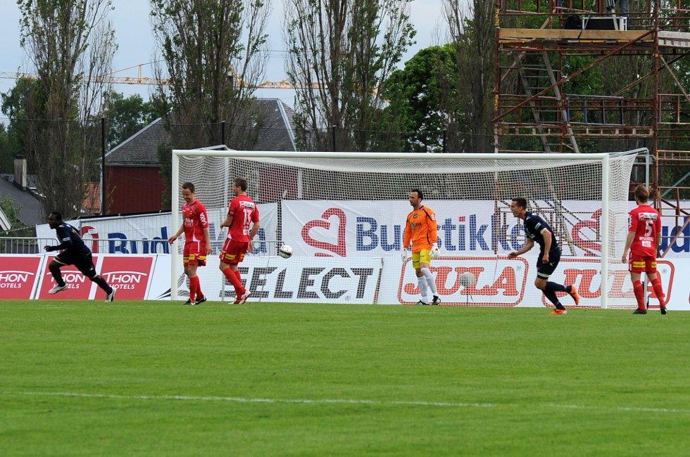 LIGGER UNDER: Her har Stabæk nettopp scoret et av sine fire mål mot LSK på 26 minutter. FOTO: VIDAR SANDNES