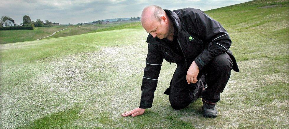 RIKTIGE FORHOLD: Banesjef Stefan Bo Schøn på Myklagard Golf har jobbet med vedlikehold av golfbaner siden 1988. ? Klipp ofte og sørg for at røttene får nok luft. Nok luft er trikset for vellykket resultat, sier han. FOTO: MARIANNE ENGER