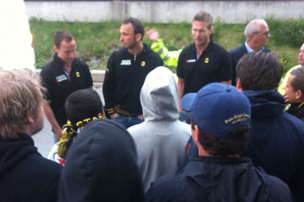 SVARTE: LSKs Frode Kippe, Espen Nystuen og keeper Sead Ramovic måtte svare for seg overfor supporterne. FOTO: PER MORTEN SØDAL