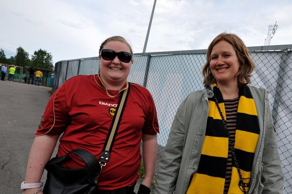 SCORING AV BJØRN: Annette Strøm fra Skedsmokorset og Hilde Mangeud fra Oslo har tro på at LSK yter maks i dag, og Bjørn kommer til å score for LSK. (Foto: Vidar Sandnes                   )