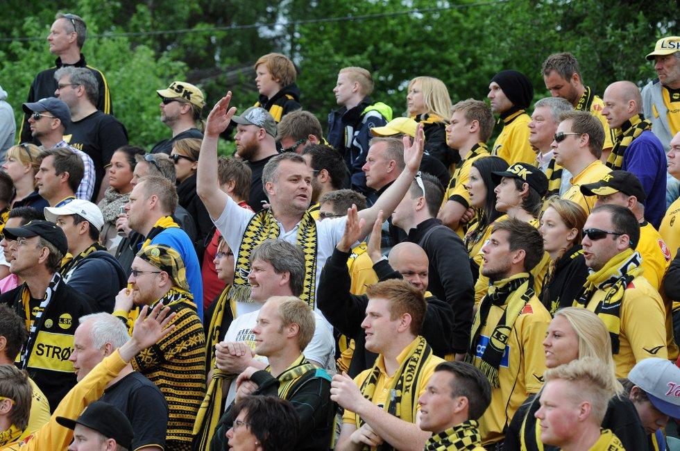 SANG: Kanarifansen ser vel at seriegullet har flydd sin vei, men fortsatt kan de synge om cupen som skal hjem til Lillestrøm. (Foto: Vidar Sandnes                   )