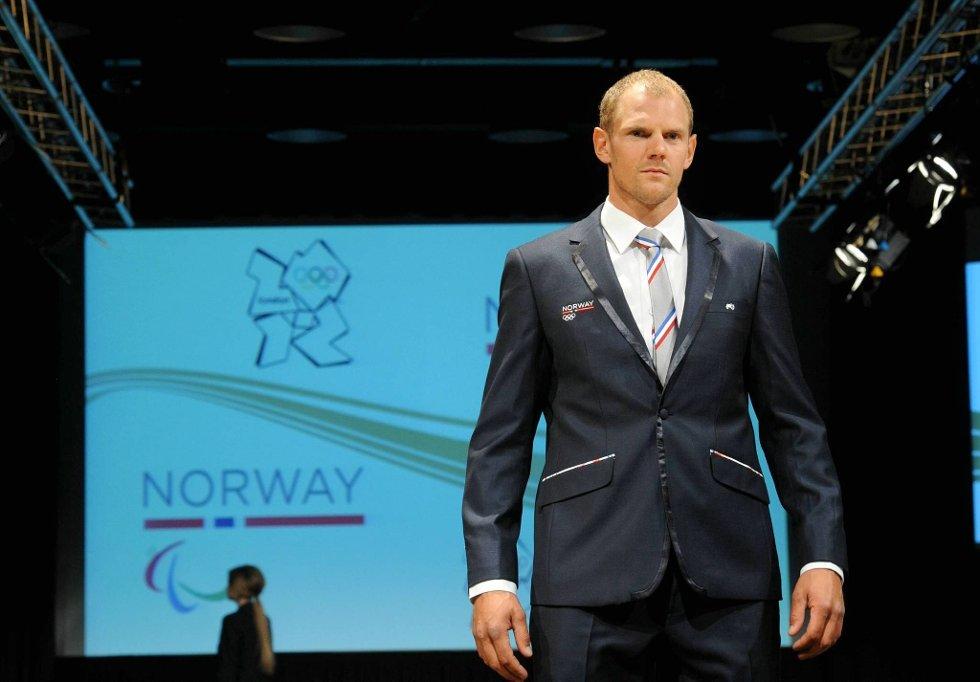 Olaf Tufte kunne stolt vise fram dressen signert Moods of Norway. (Foto: Terje Pedersen, ANB)
