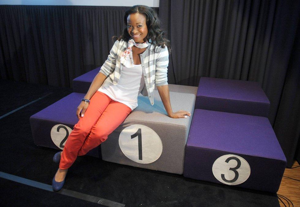 Pent plassert på toppen av pallen viste Ezinne Okparaebo fram deler av kleskolleksjonen til den norske OL- og Paralympicstroppen.  (Foto: Terje Pedersen, ANB)