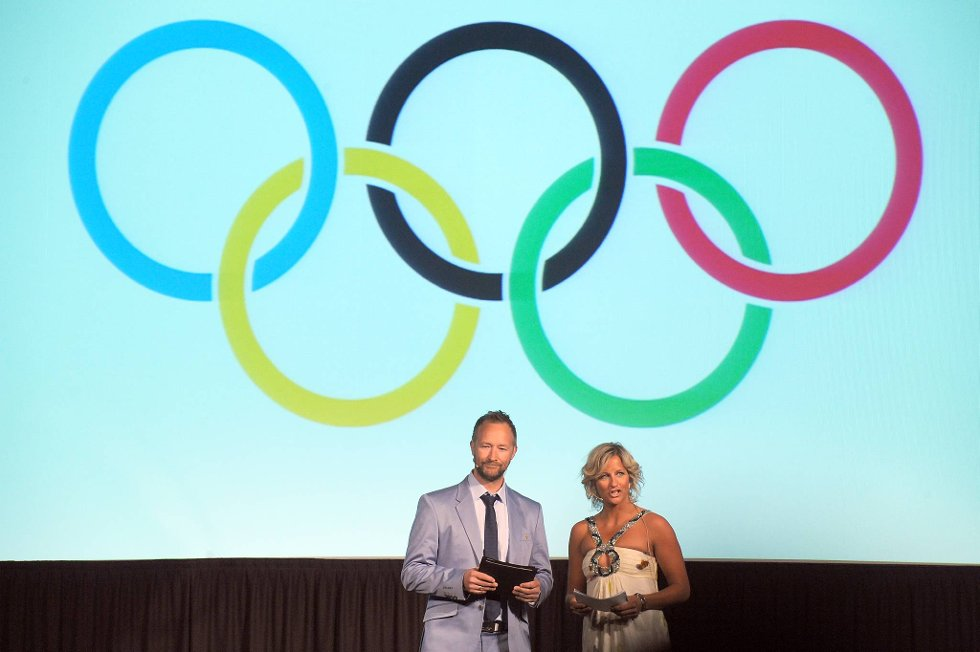 Kjetil André Aamodt og Vibeke Skofterud var konferansierer da kleskolleksjonen til den norske OL- og Paralympicstroppen til London ble presentert på Ullevaal Business Center tirsdag. (Foto: Terje Pedersen, ANB)