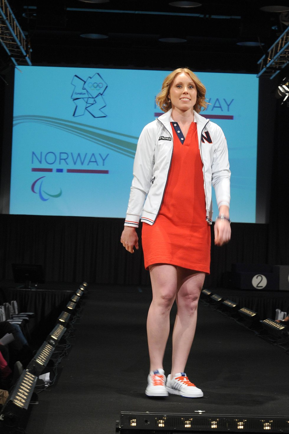 Caroline Dyhre Breivang viste fram en flott rød kjole. (Foto: Terje Pedersen, ANB)