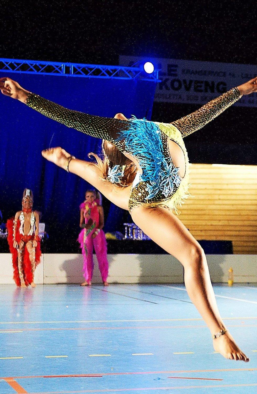 FARGERIKT: Dans er populært i en rekke sjangre. Enkelte har det som hobby, andre ønsker å leve av det. Bildet er av freestyledanser Vilde Håkansson.      Foto: Dmitry K. Valberg