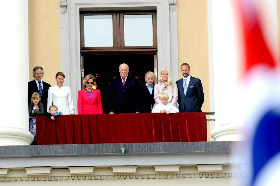 Kongefamilien på slottsbalkongen under gardens drilloppvisning torsdag i forbindelse med kongeparets 75-årsdager.