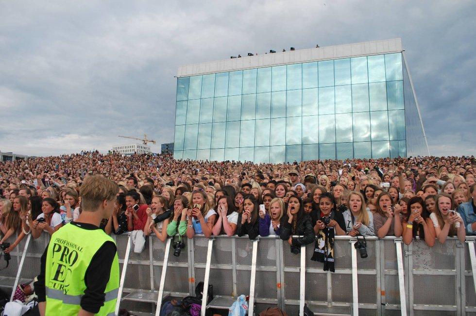Justin Bieber-fans på taket til Operaen onsdag kveld.