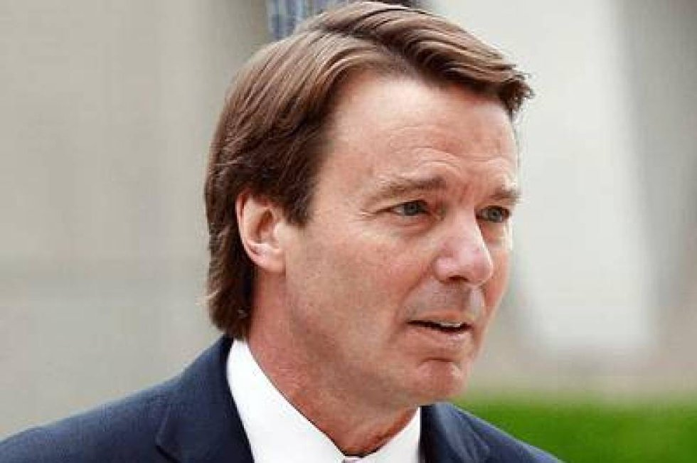 Tidligere senator John Edwards ankommer retten i Greensboro i North Carolina, der juryen brukte ni dager på å frikjenne ham for misbruk av valgkampmidler.