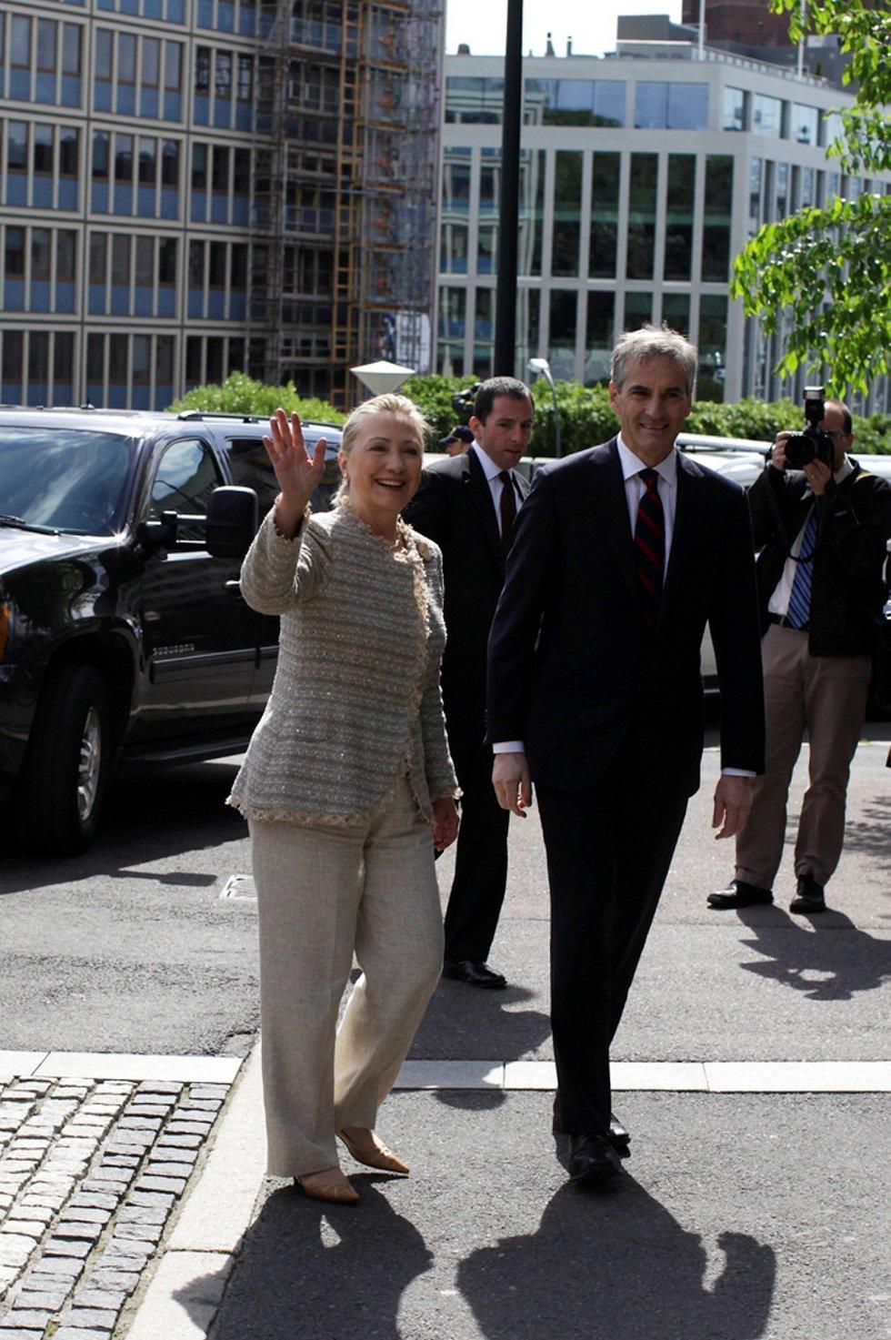 Solen tittet fram idet USAs utenriksminister Hillary Clinton ankom Utenriksdepartementet fredag, 25 minutter forsinket. Der ble hun tatt imot av utenriksminister Jonas Gahr Støre (Ap).