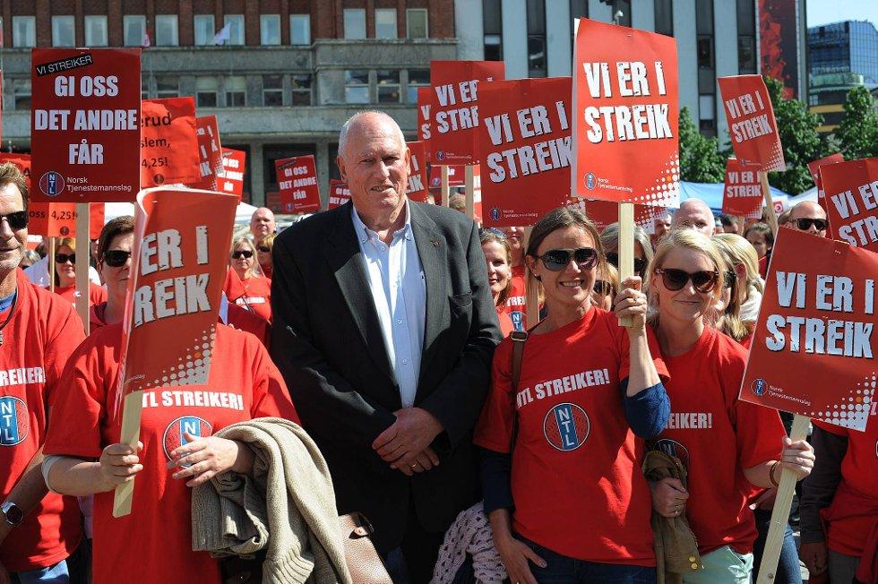 LO-leder Roar Flåthen støttet de NTL streikende på  Youngstorget da han krevde at regjeringen kommer på banen med et bedre tilbud i lønnsoppgjøret.