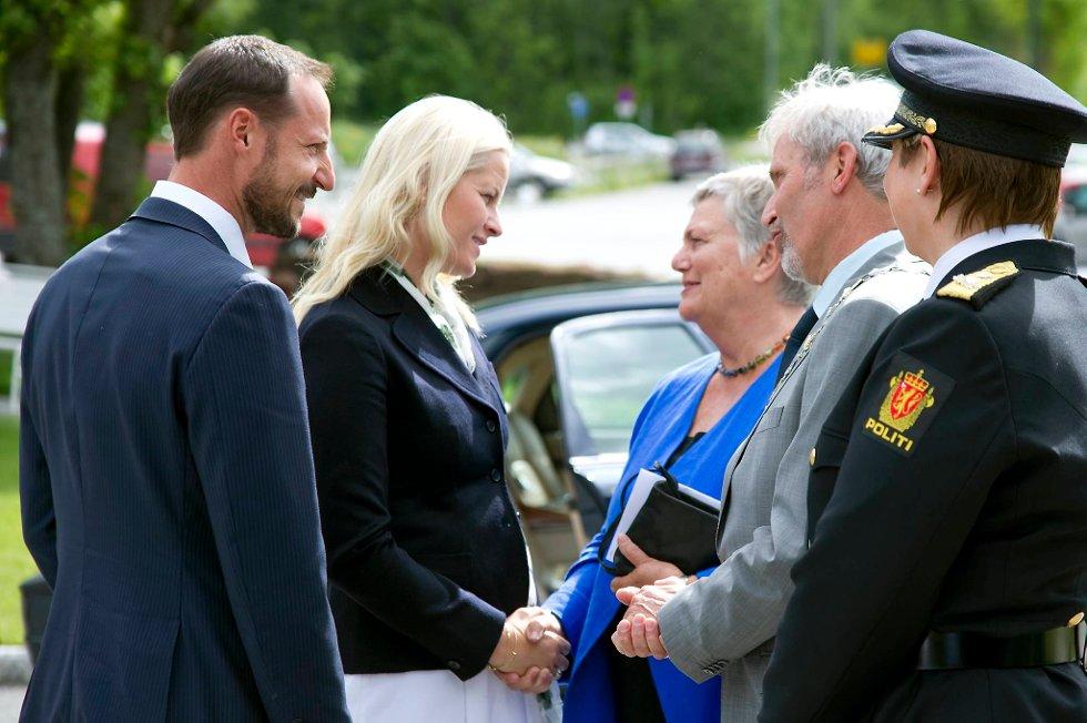 Kronprins Haakon og kronprinsesse Mette-Marit tar farvel med ordfører i Hole Per R. Berger og fylkesordfører i Buskerud Kirsti Kolle Grøndahl etter seremonien. Politimester i Nordre Buskerud Sissel Hammer med ryggen til.
