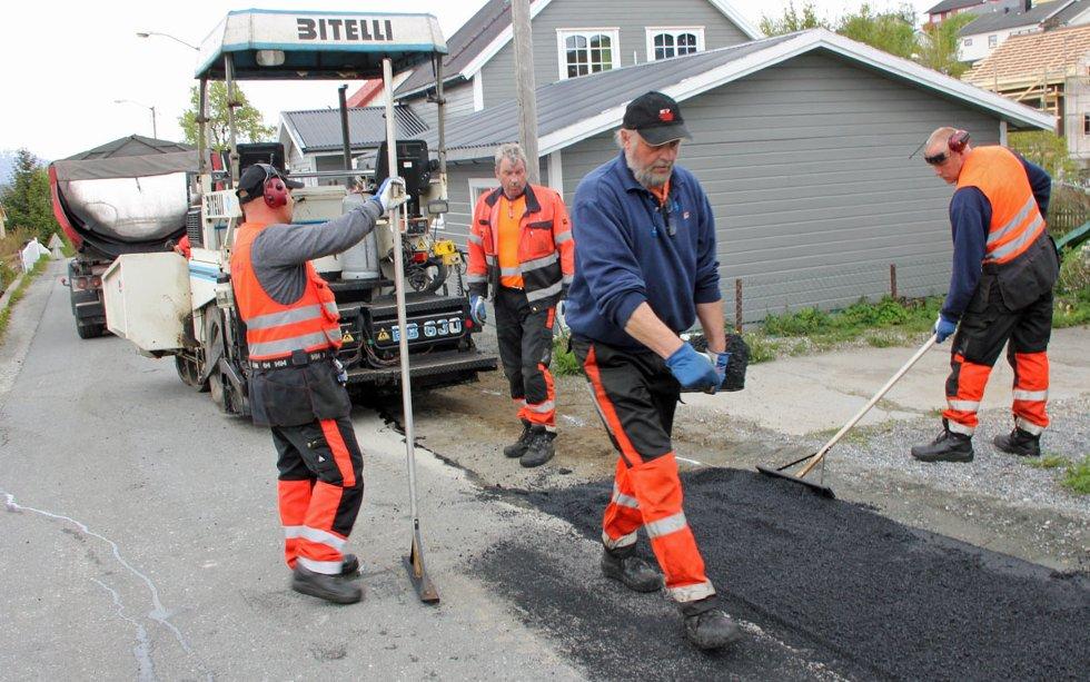 Det legges ny asfalt en rekke steder i Sandnessjøen, som her i Camilla Colletts vei. Dette er riktignok ikke en del av Statens vegvesens store pakke i år, men også de prosjektene er i gang.