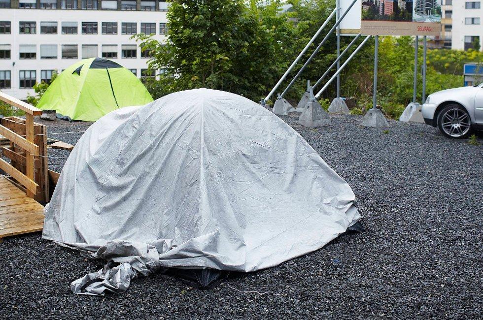 Kamp om småleiligheter: Det første teltet var på plass fire dager før salgsstart.