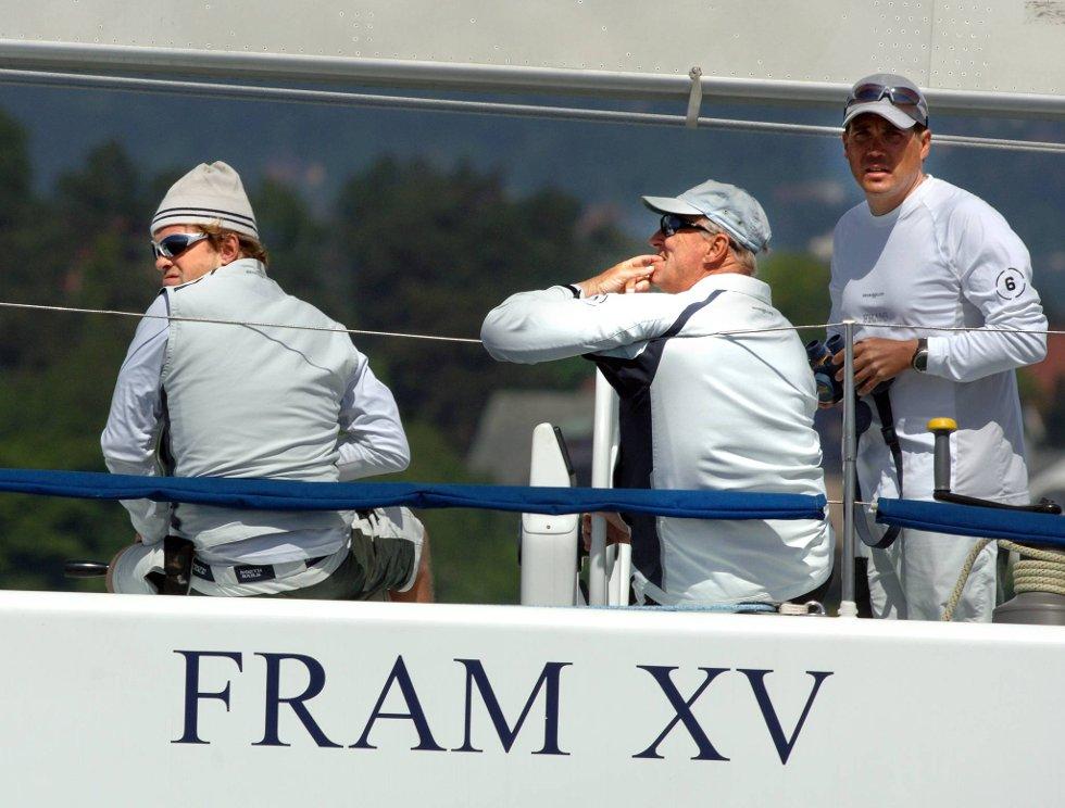 Kong Harald føler seg nok som en av gutta om bord på seilbåten.  (Foto: Terje Pedersen, ANB)