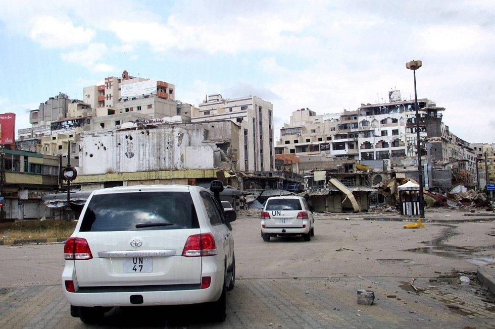 Kina og Russland avviser all bruk av militærmakt for å styrte president Bashar al-Assad. Bildet viser FN-personell i byen Homs i mai i år.