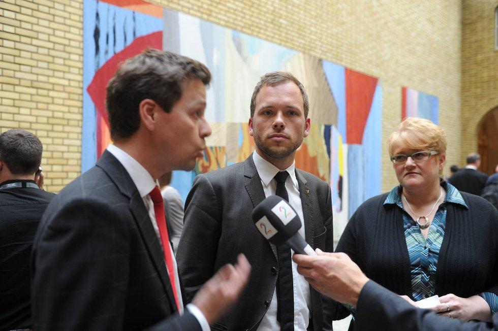 Knut Arild Hareide (KrF), Audun Lysbakken (SV) og Trine Skei Grande (V) i vandrehallen på Stortinget.