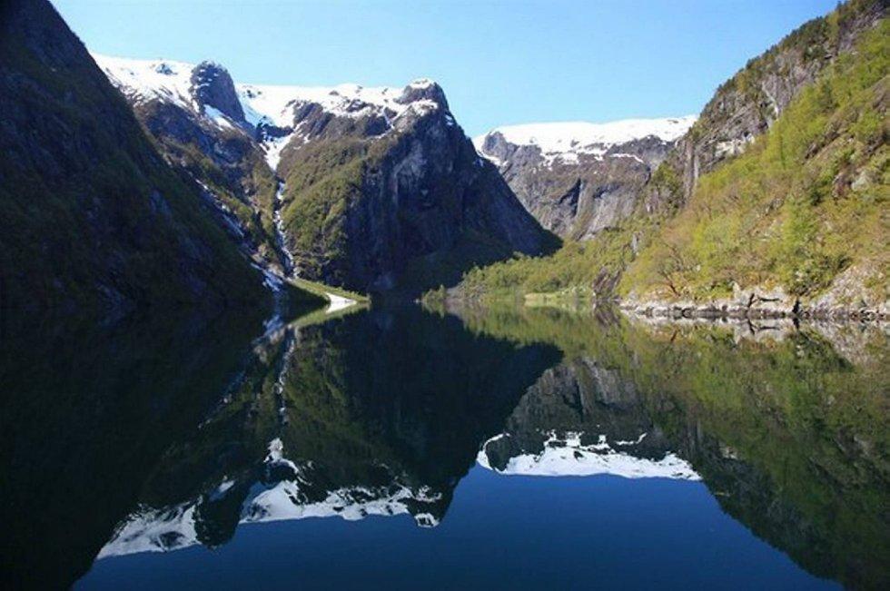 Finnafjorden er den minste fjordarmen i Sognefjorden, og dei tre eigedommane i denne fjordarmen er no lagt ut til sal.