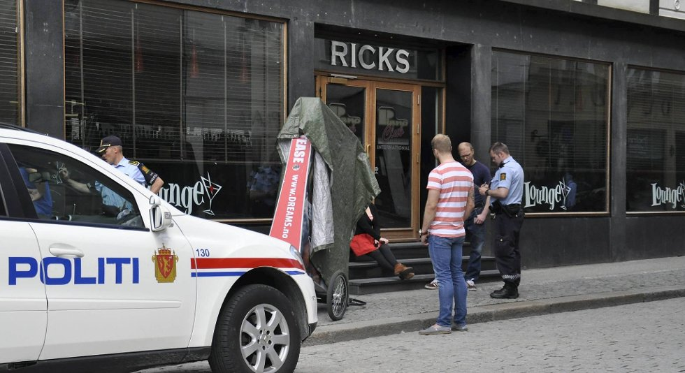 Myrbråten og Helgesen dekket til sykkelvognen med en presenning etter at de tok den fra gangen i Dreams sine lokaler. Her har politiet dukket opp.