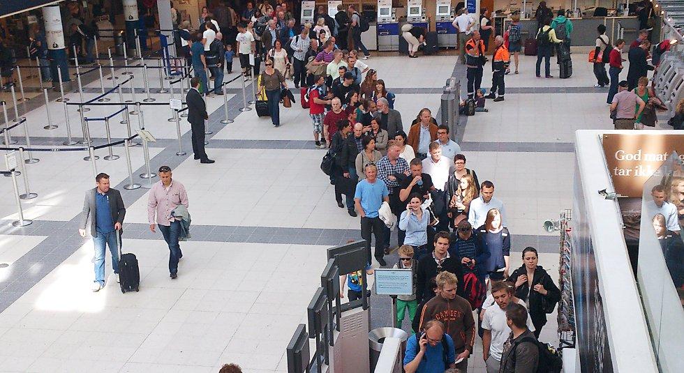 Her er køen opp til sikkerhetskontrollen klokken 1640 fredag.