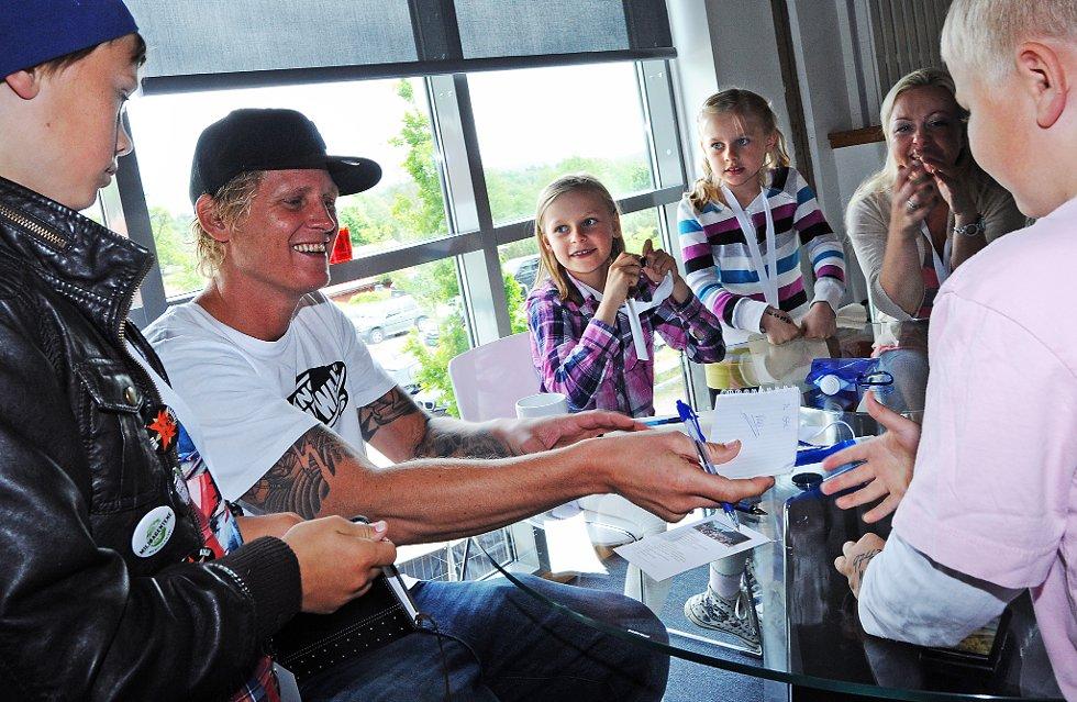 """I midten: Celina Bråten (10) og Anea Bråten (8) fikk autografen til Vinni """"backstage""""."""