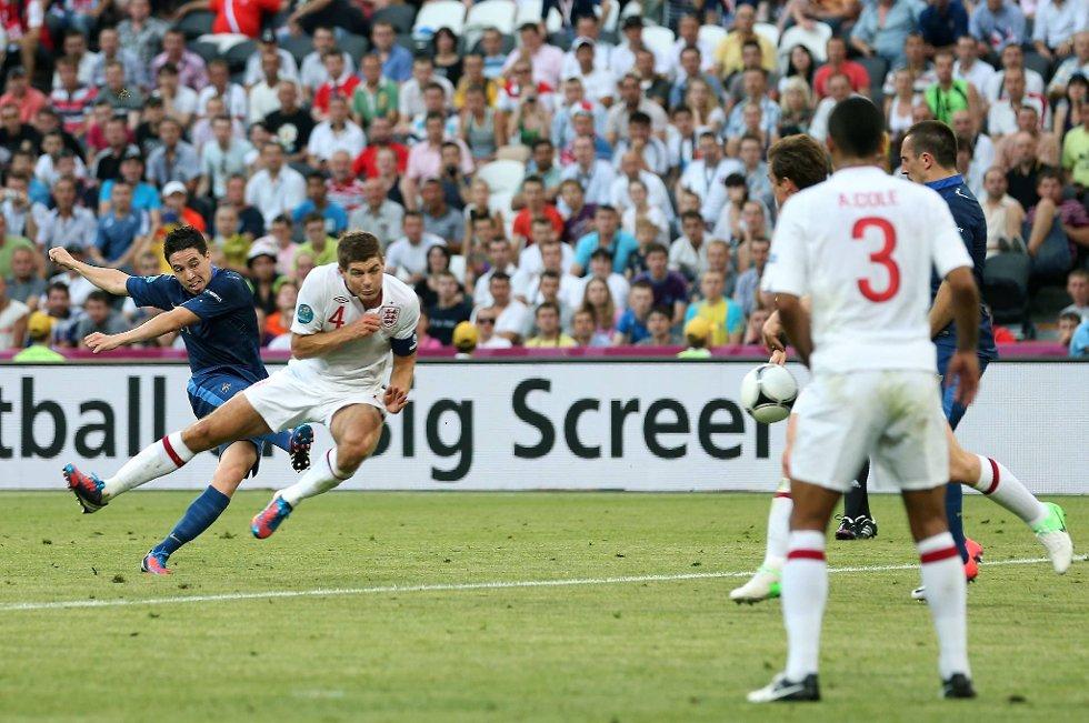 Samir Nasri lurer ballen forbi Steven Gerrard og scorer Frankrikes første mål i kampen mot England mandag.