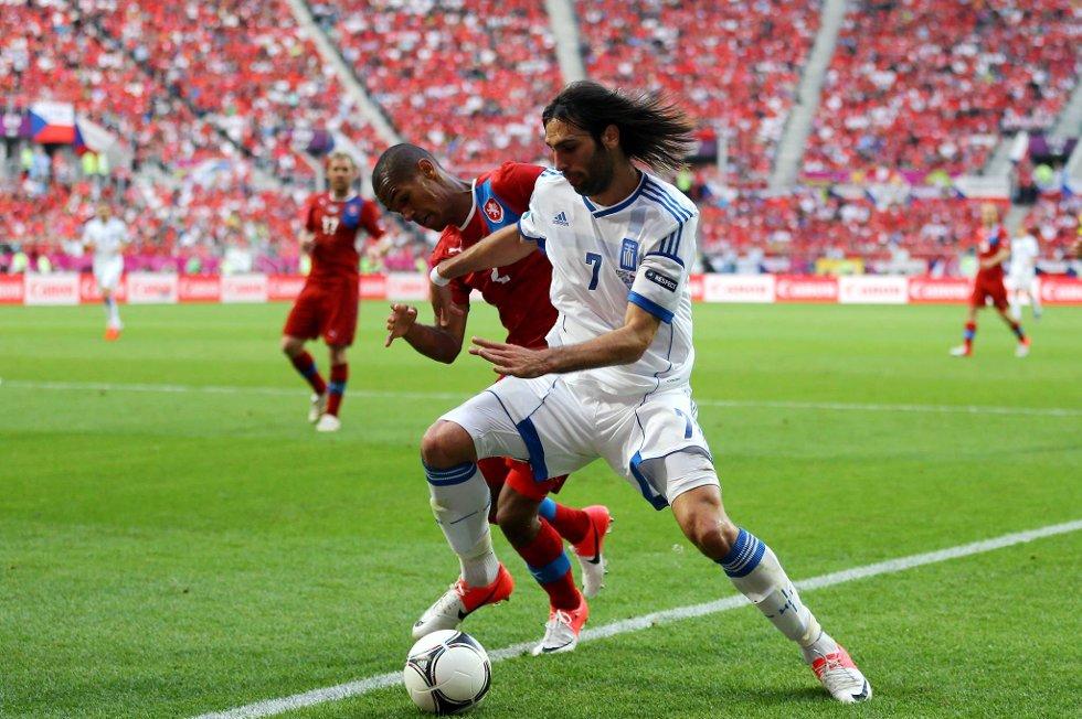 Tsjekkias Theodor Gebre Selassie og Hellas' Giorgos Samaras kjemper om ballen i EM-kampen tirsdag kveld.