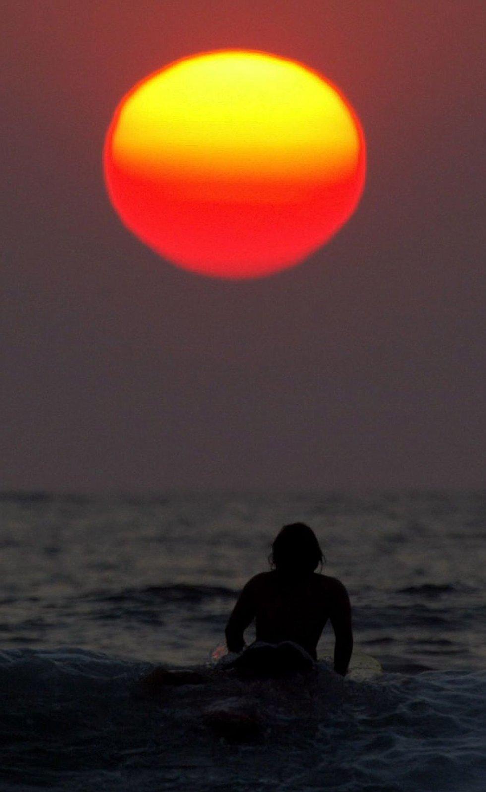 BALI: ? Jeg skal til Bali, gliser Rebecca som går en travel ferie i møte.      FOTO: REUTERS/Beawiharta/SCANPIX