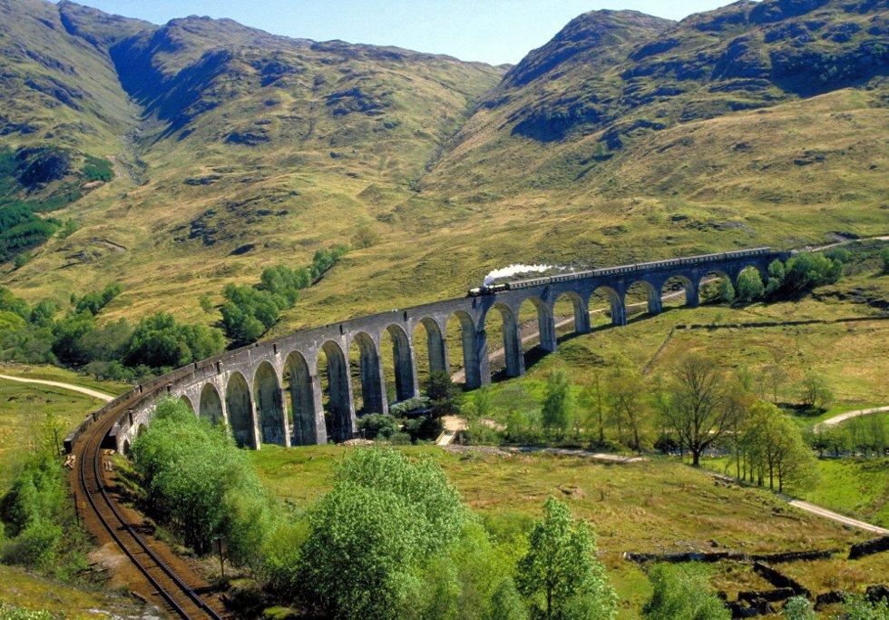 TOGREISE: Elios skal på togtur med venner i Europa. Bildet er fra strekningen Inverness ? Kyle of Lochalsh i Skottland.      FOTO: VisitBritain
