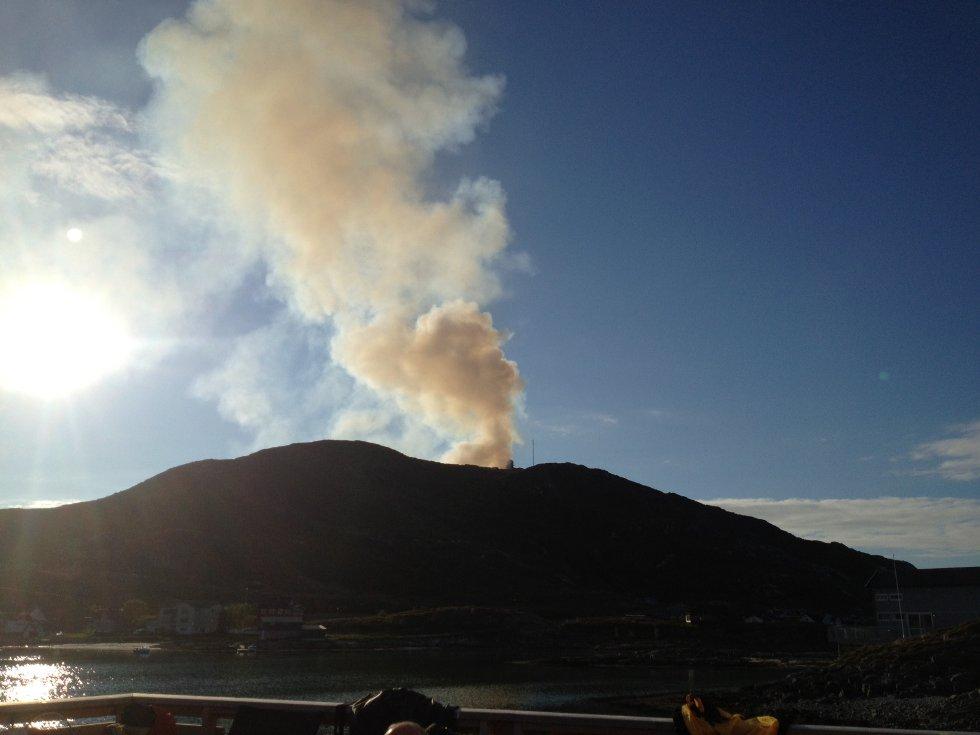 Klokken 20.12 fikk vi dette bildet fra Tor André Skjelbakken, som tyder på at brannen har blusset opp igjen. (Foto: Tor André Skjelbakken)