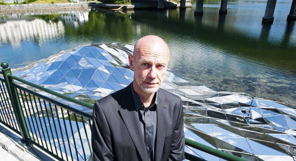HOVEDVERKET LANGS BANEN: Den tyske kunstneren Thorsten Goldberg står bak kunstverket i skinnende metallplater.