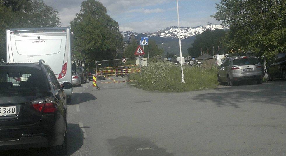 Tett trafikk inn mot Voss sentrum fredag kveld.